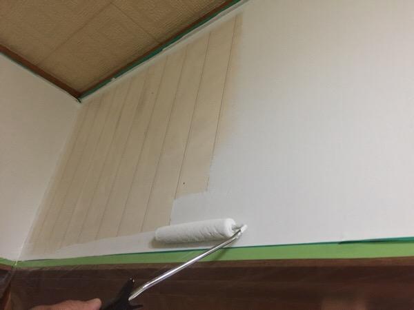男手がなくてもDIYは楽しめる!壁紙に直接塗るペンキで、キッチンをより明るく清潔に